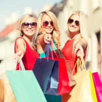 ©Syda Productions / beautiful women with shopping bags in the city / fotolia.com